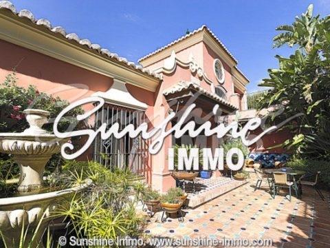 Wunderschöne Villa im neoklassizistischen Stil im Herzen des Golfclubs von Mijas. Landschaftsgarten, schöne Aussicht auf das Tal