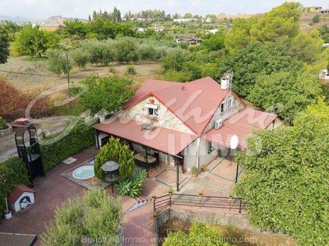 Idyllisches Landhaus von 152 m2, 2 Etagen, 4 Schlafzimmer und ein süßer Whirlpool auf einem Grundstück von 4200m2. Für andalusische Lifestyle-Liebhaber.