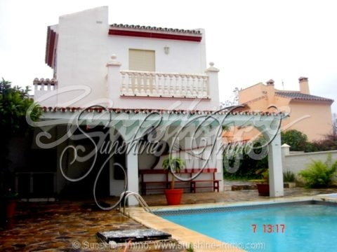 Villa en una zona residencial popular en Coín llamada El Rodeo, La casa tiene 220 m2 de superficie habitable