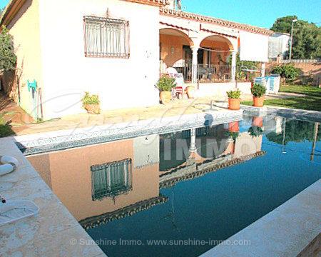 Encantadora villa completamente renovada en 2002 con una bonita piscina privada de 8x4, un bonito porche cubierto, garaje