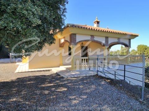 Bonita casa de campo de 2 dormitorios en parcela de 800 m2 rodeada de naturaleza y bonitas vistas en camino Coín a Monda.