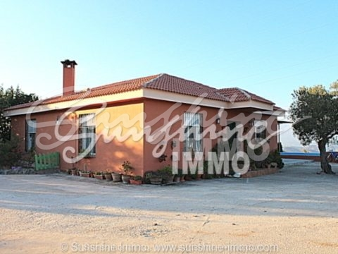 Beautiful country house with guest house on 10,700m2 land.