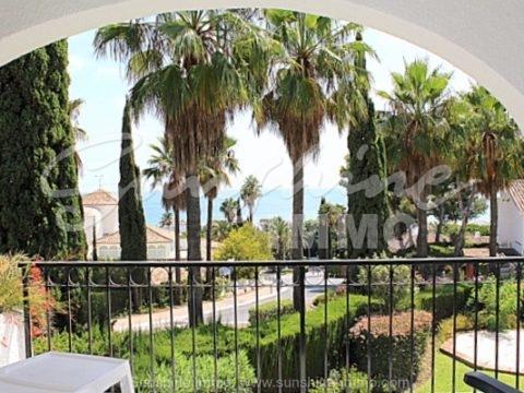 En una excelente ubicación y vistas impresionantes al mar, ofrecemos esta casa adosada amueblada de 220m2 en la urbanización Miraflores con jardines , 4 piscinas