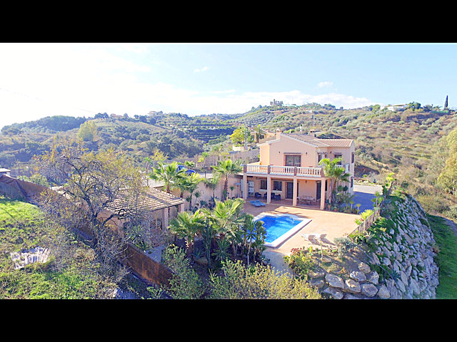 Absolutely stunning and modern villa with 7 horse stables  in an idyllic location in the interior of Alhaurin el Grande with 14000m2 with panoramic views over the valleys