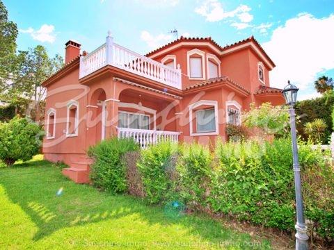 Familienfreundliche Klassische Villa 277 m2 auf zwei Etagen verteilt in Sierrezuela-Mijas Costa. Sie befindet sich ein einer beliebten Wohngegend in Mijas Costa mit 2 Gemeinschaftsschwimmbäder , Tennisplatz