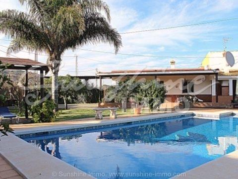 Acogedora casa de campo de 60m2 con hermoso jardín y piscina de 50m2, pérgola, porche cubierto de 50m2 con barbacoa