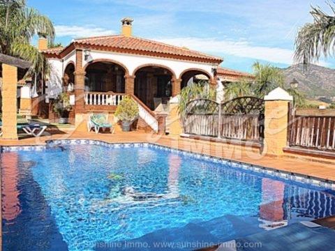Fantástica villa de estilo rústico con impresionantes vistas al mar, bonita piscina privada, zona tranquila, cerca de la playa y buen acceso por carretera a todas las direcciones