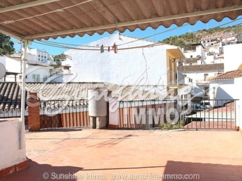 This very large built townhouse from 1980 is located in Guaro and is ideal as a small hotel