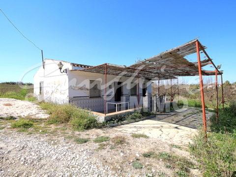 SU OPORTUNIDAD !!! casa de campo de tres dormitorios de 71 m2 con piscina privada de 31 m2, trastero en Alhaurin el Grande a solo 5 km de la carretera principal, con el nuevo certificado AFO
