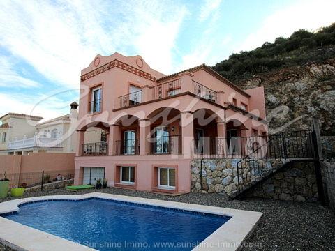 420m2 de espacio habitable. ofrece este gran y elegante Villa  que se encuentra en una zona residencial popular en Coin con buen acceso y buenas conexiones en todas las direcciones