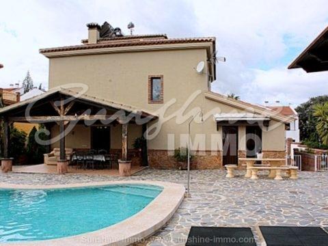 Impresionante villa de lujo de 500 m2 en una de las mejores zonas de Alhaurin el Grande La Paca a solo 15 minutos de Málaga, con fantástica zona al aire libre.