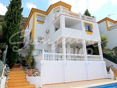 Schöne Villa mit 3 Selbstversorger-Apartments und Panoramablick in Sierra Gorda, Coin. Ideal für große Familien, die zusammen, aber unabhängig leben möchten.