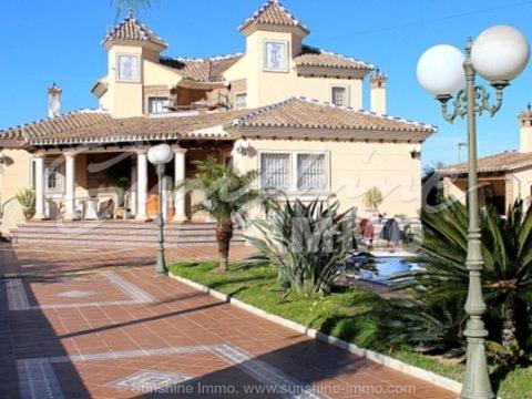 Impresionante villa amueblada con los mejores materiales construidos en Alhaurín de la Torre en una zona residencial muy popular, a sólo 10 minutos de la playa.