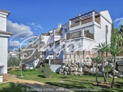 This high quality townhouse is in the heart of Lauro Golf course, with 27 holes. Situated just 20 minutes from Malaga airport, this property's location is perfect, not only for golf enthusiasts. The golf course also has a restaurant, paddle tennis courts and many other sport activities and amenities.