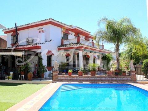 Große rustikale klassische Villa von 275m2 in der begehrten Wohngegend El Rodeo in Coín. Schöne Aussicht, zu Fuß zu allen Annehmlichkeiten