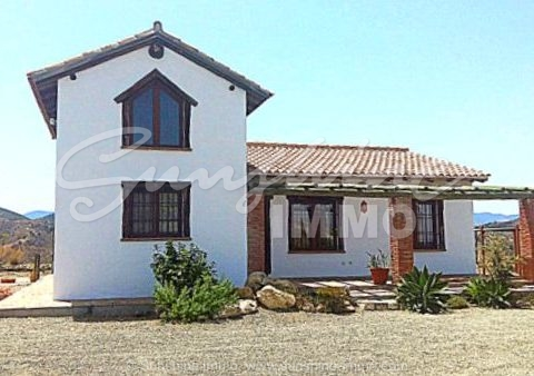 Long term rental AS FROM 15TH JULY. Wonderful country house in Coin 4500 m2 plot, 3 bedrooms, pool and jacuzzi. Near the hospital. All expenses included in the rental price.