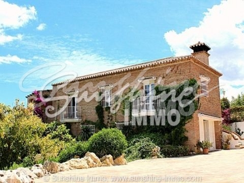 Impressive country house 306m2 and 12000m2 of land in an idyllic mountain landscape in Alqueria