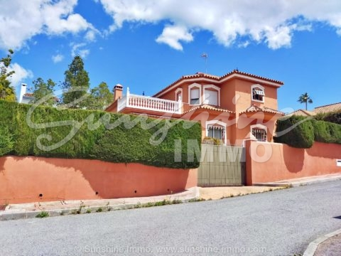 Family-friendly Classic Villa 277 m2 on two floors in Sierrezuela-Mijas Costa. It is located in a popular residential area in Mijas Costa with 2 communal swimming pools, tennis court