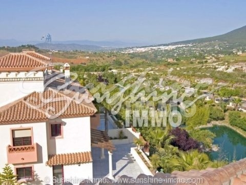 Modern and well maintained property in Coin for sale. This wonderful house is situated in a very nice residential area in Coin with landscaped lakes and gardens.
