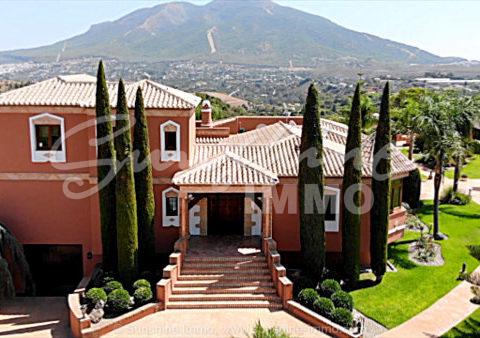 Eindrucksvolle Villa für Pferdeliebhaber mit hohe Anspruch mit einer Gesamtbaufläche von 1263m2