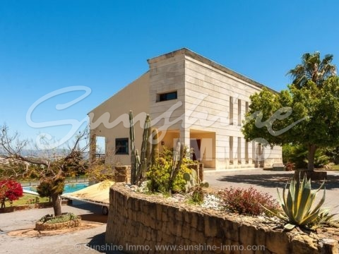 Wunderschöne, sehr helle, moderne und hochwertige Villa mit separatem Apartment und großem Salzwasserpool nahe dem Zentrum von Coín