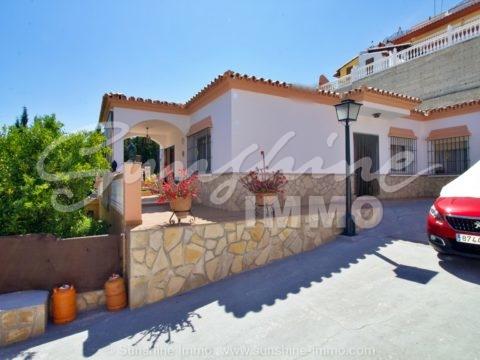Wunderschöne freistehende Villa in einer sehr guten und beliebten Wohnanlage von Coin 'El Rodeo' mit privatem Pool, Außenküche, schöner großer überdachter Veranda