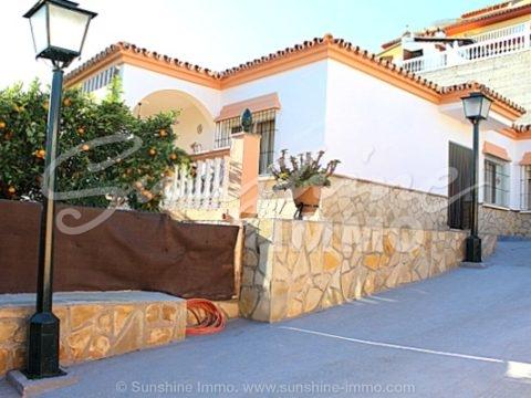 Hermosa villa independiente en una muy buena y popular urbanización de Coin 'El Rodeo' con piscina privada, cocina exterior, gran porche cubierto
