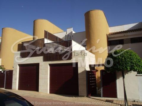 Amplia y luminosa casa adosada de 175m2 en la urbanización residencial El Hipódromo con piscina, piscina para niños y pista de pádel