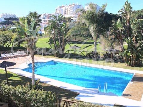 Fantástica casa adosada en primera línea de golf de 221 m2 en una urbanización exclusiva y bien mantenida con jardín privado, 4 terrazas de 85 m2