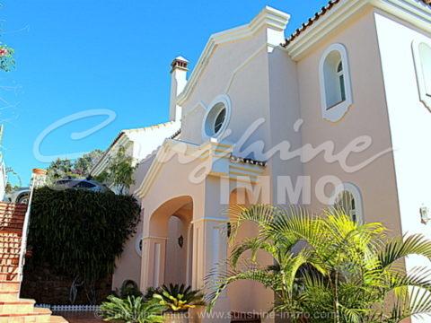 Impresionante villa de 335m2 de construcción con impresionantes vistas al mar ubicada en una urbanización residencial de El Rosario