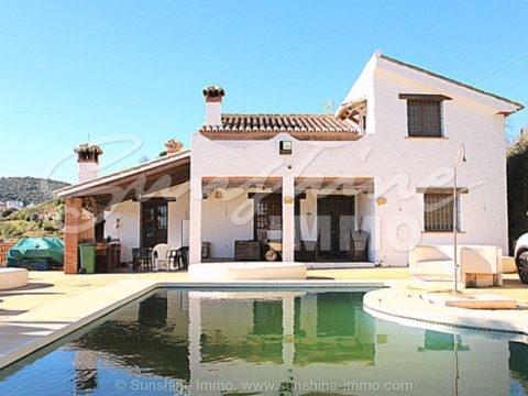 En la entrada de Guaro se encuentra esta casa de campo sin muebles muy especial de 140 m2, que ofrece unas vistas impresionantes.