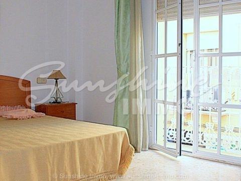 Gran apartamento 100m2 en el centro de Coin. Con 3 dormitorios, 2 baños con Bañera, gran salón y cocina luminosa .