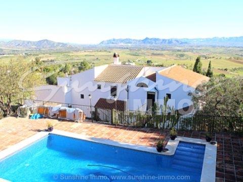 Impresionante villa con casa invitados y vistas inmejorables del campo, las montañas y en un día despejado al puerto de Málaga en una zona tranquila de Pizarra