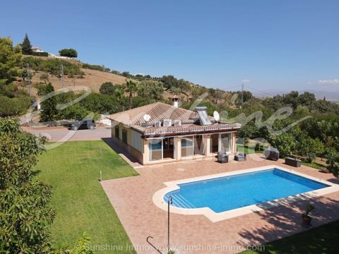 Charming country house in Viña Borega, Coin. 140 sqm built on a plot of 6.000 sqm and private pool.Garden and pool maintenance included in the price.