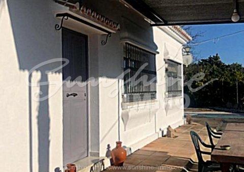 140m2 casa de campo amueblada de 3 dormitorios en Coin, en Valdeperales con 500 m2 de parcela vallada.