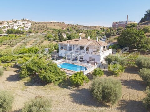 Fantastische Villa mit AFO in Coin auf einem Grundstück von 12.000m2, 2 unabhängigen Häusern mit 4 und 2 Schlafzimmern. Gesalzener Pool von 54m2. 5 Minuten zu Fuß zum Bahnhof La Trocha