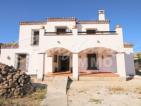 Fantastisches unfertiges Einfamilienhaus in Coin, El Rodeo. 173m2 gebaut, 3 Schlafzimmer und die Möglichkeit, den Außenraum nach Ihren Wünschen zu gestalten.