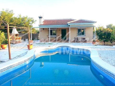 Coquettish 1 level country house on a fenced plot of 2.164m2, 3 bedrooms, own pool in the Guadalhorce Valley. Tranquility and privacy 10 minutes drive from Coin. Exclusive sale with our agency