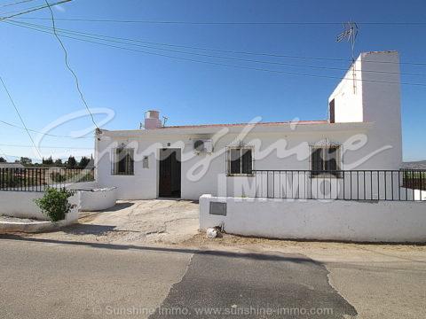 LANGZEITVERMIETUNG. Einfamilienhaus, 2 Etagen, 2 Schlafzimmer, Grill, 40m2 Veranda und einen schönen Blick auf Valle del Guadalhorce in Alhaurin el Grande
