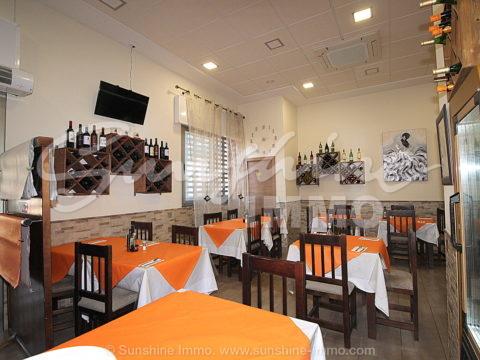 A LA VENTA restaurante con terraza exterior y vivienda en planta alta en Coín. Buena localización frente a La Trocha. Licencia de actividad en regla