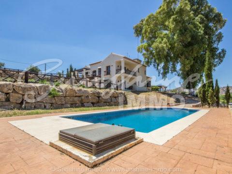 Cortijo Equestre Andaluz en Coin. Parcela 23.384 m2, 870 m2 construidos, 6 dormitorios, espacio para crear pista de doma y salto.