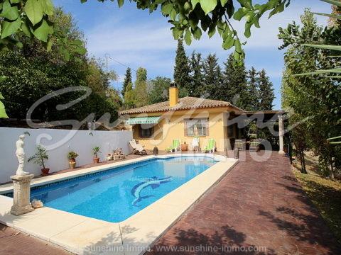 Casa de campo en parcela de 3.574m2, 115m2 construidos, 2 dormitorios, piscina privada en Coin, Cortijo Benítez.