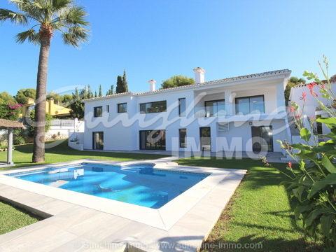 OFERTAS bienvenidas Villa completamente reformada en 2019 y de diseño interior nórdico contemporáneo en parcela de 1.193 m2, 536 m2 construidos, 6 dormitorios, dos plantas. Jardín paisajístico, piscina y bonitas vistas del Mar Mediterraneo en Artola, Marbella.