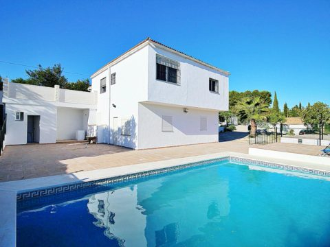 Renovated 4 bedroom country house on a 3,500 m2 plot, swimming pool in Alhaurin el Grande