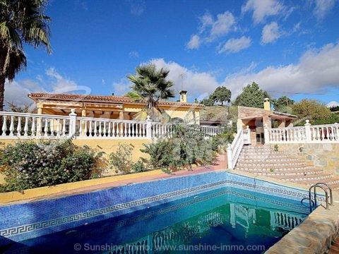 Charmantes Landhaus von 124m2, 3 Schlafzimmer auf einem 6833m2 großen Grundstück, umgeben von Oliven- und Mandelhainen in Guaro. Absolute Ruhe