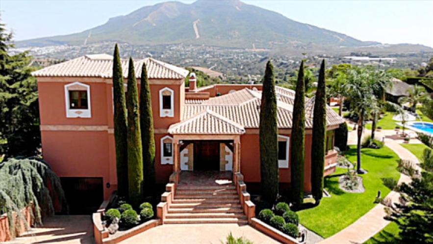 Eine unserer traditionellen andalusischen Villen mit herrlichem Blick auf die Mijas-Berge im Hintergrund.