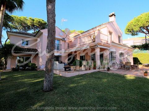 Große klassische Villa mit fünf Schlafzimmern auf einem 2.000 m² großen Grundstück in der Hacienda Las Chapas, Marbella.