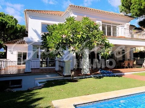 Große Villa im zeitgenössischen Kolonialstil in Las Chapas, Marbella. Grundstück von 1,428 m2, sechs Schlafzimmer mit Bad, Pool und Garten.