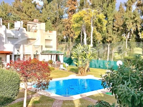 Very nice terraced house in Los Naranjos with community pool just 5 minutes drive to the famous port Puerto Bañus away.