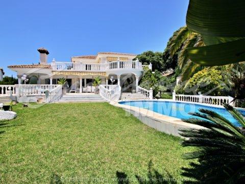 Villa independiente con piscina y jardín privado en zona residencial tranquila, a cinco minutos de la playa a pie, y con vistas al mar desde la primera planta